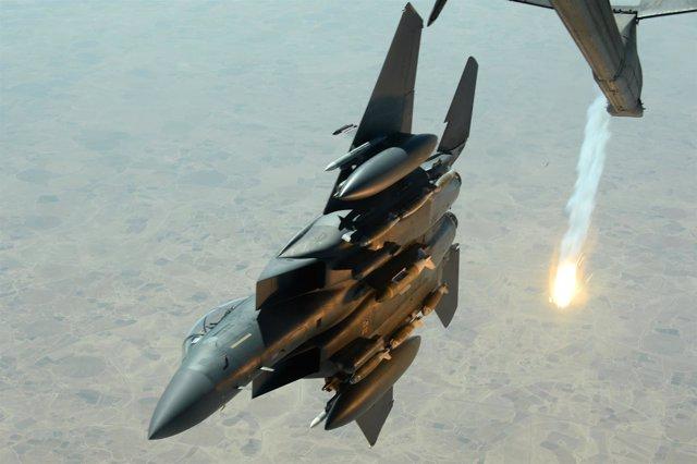 Caza F-15E Strike Eagle de Estados Unidos tras un reabastecimiento en vuelo