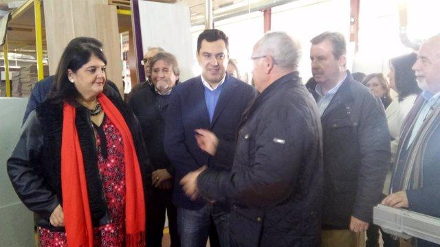 Juanma Moreno (c), en la visita a Cincocina.