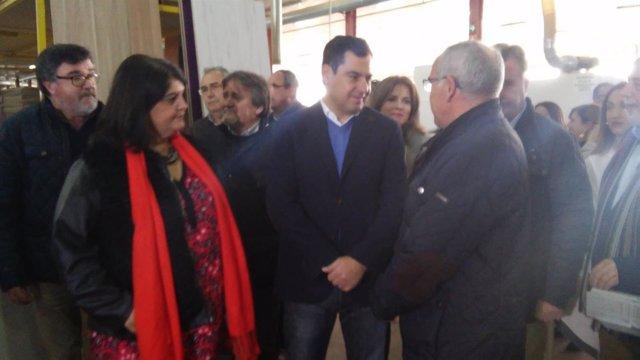 Juanma Moreno visitando fábrica de muebles