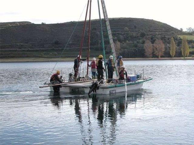 Los investigadores sacan los sondeos de los sedimentos en el lago Montcortés