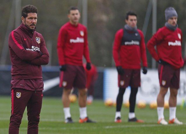 Simeone entrenando al Atlético de Madrid