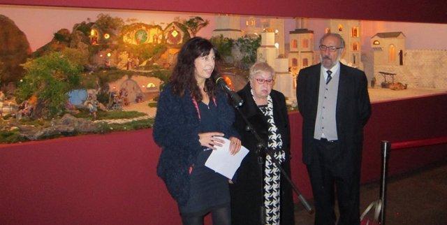 La concejal Ana Redondo junto a representantes de la Asociación Belenista
