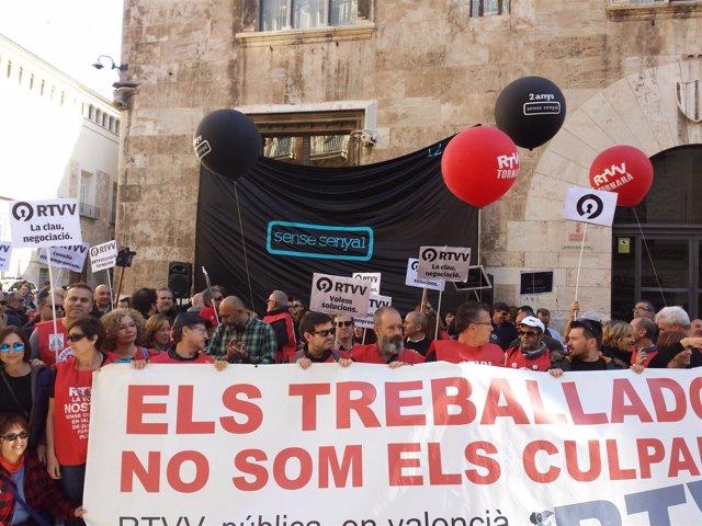 Extrabajadores de RTVV manifestándose delante del Palau de la Generalitat