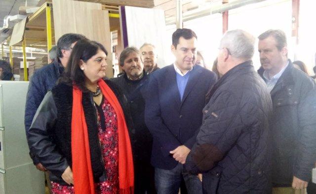 Juanma Moreno (c), durante su visita a la empresa Cincocina.