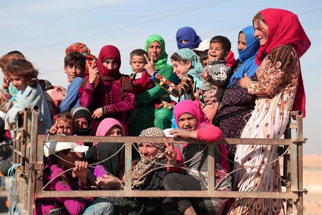 Varios civiles huyen de la ciudad siria de Raqqa a principios de noviembre.