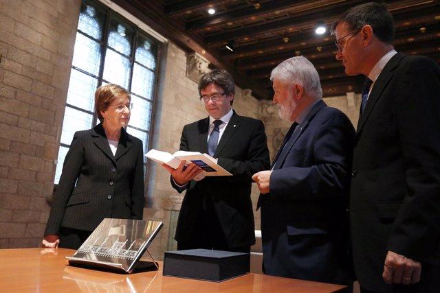 El pte.C.Puigdemont recibe la nova Gramàtica de la llengua catalana.