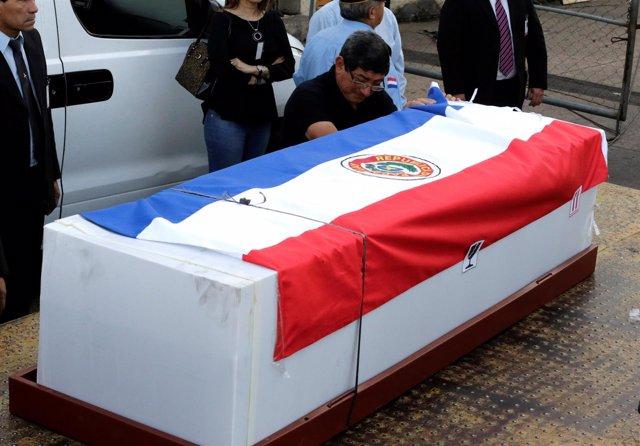 Féretro con los restos del paraguayo fallecido en el accidente aéreo de Colombia