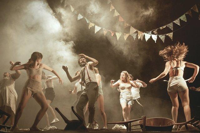 Representación de la obra 'Danzad malditos'.