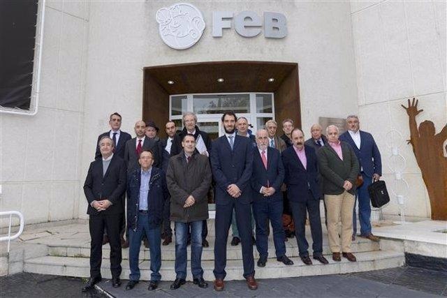 Jorge Garbajosa y Directivos de la FEB en su sede en Alcobendas