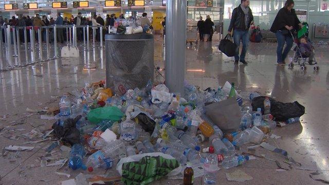 La basura inunda el aeropuerto de Barcelona-El Prat