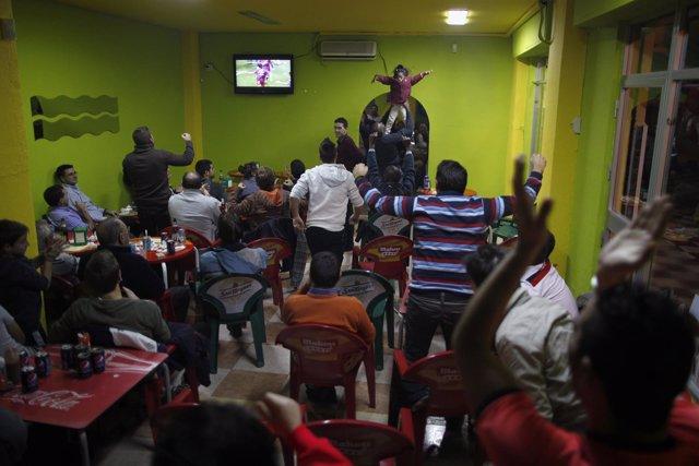 Gente viendo un partido de fútbol en un bar de Málaga