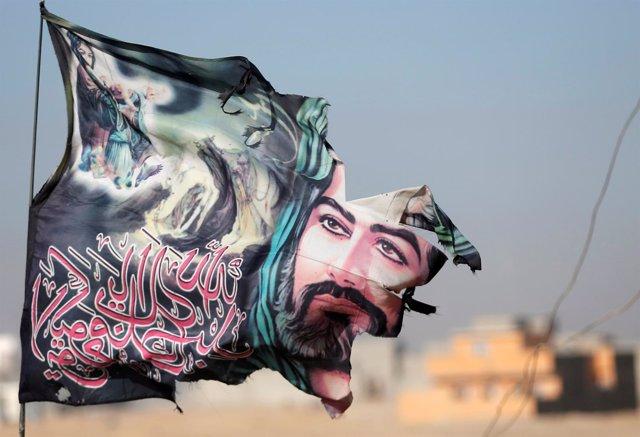 Bandera chií representando al Imán Hussein en Mosul, Irak