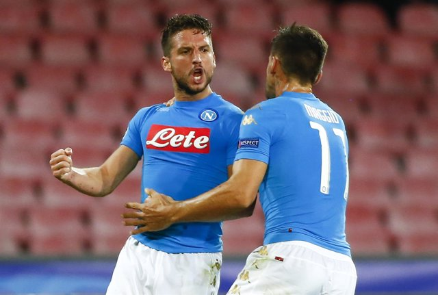 Mertens del Nápoles celebra un gol con un compañero