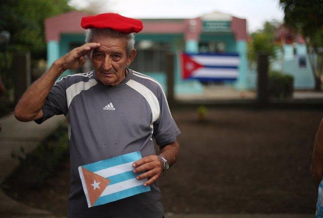 Un hombre espera la llegada de las cenizas de Fidel Castro a su ciudad
