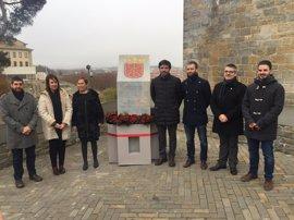 Inaugurado ante el Archivo Real y General un monolito de homenaje al Reino de Navarra