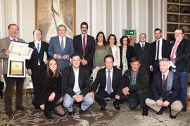 Méndez Vigo entrega la Placa de Oro de la ROMD al Hipódromo de San Sebastián