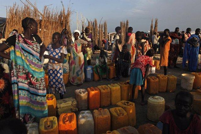Varias mujeres esperan para obtener agua potable en Bentiu, Sudán del Sur.