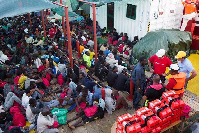 Refugiados a bordo de barco de rescate de Save the Children