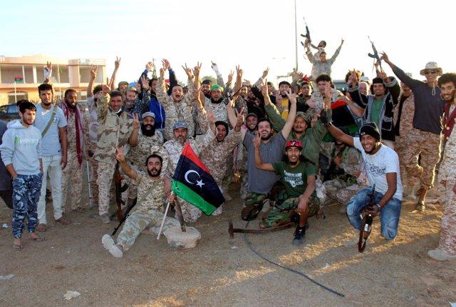 Las fuerzas libias celebran la liberación de Sirte