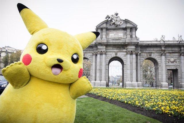 Pikachu junto a la puerta de Alcalá
