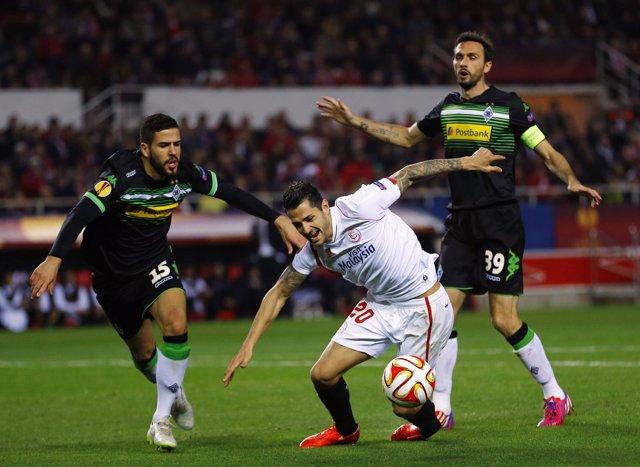 Vitolo regatea a Álvaro Domínguez
