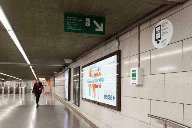 Enchufes USB en la estación Universitat del Metro de Barcelona