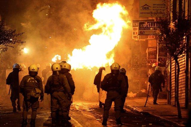 Enfrentamientos entre policías y manifestantes en Atenas