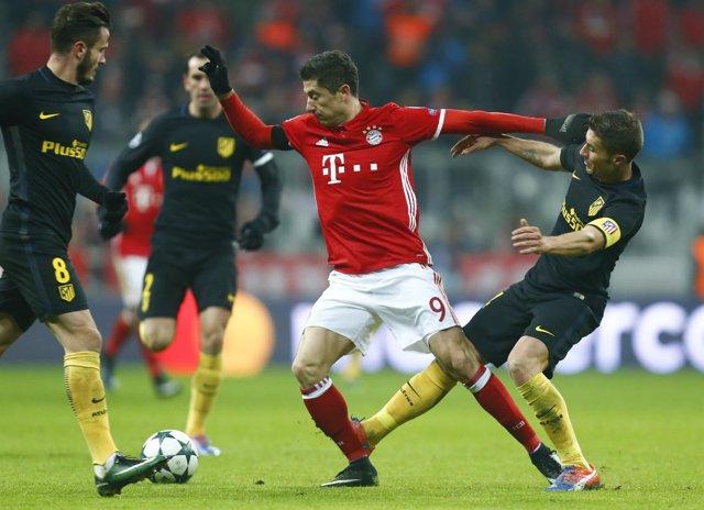 Lewandowski pugna entre jugadores del Atlético en el Allianz Arena