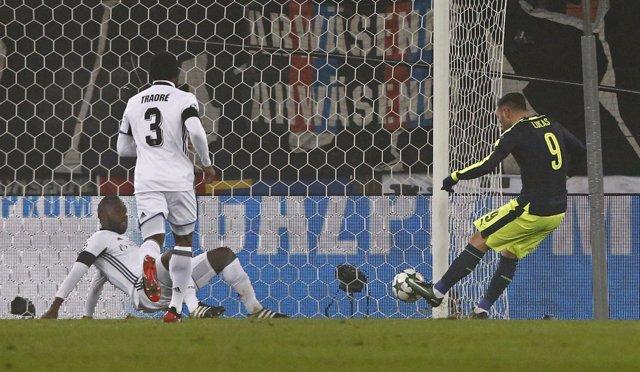 Lucas Pérez marca tres goles con el Arsenal contra el Basilea