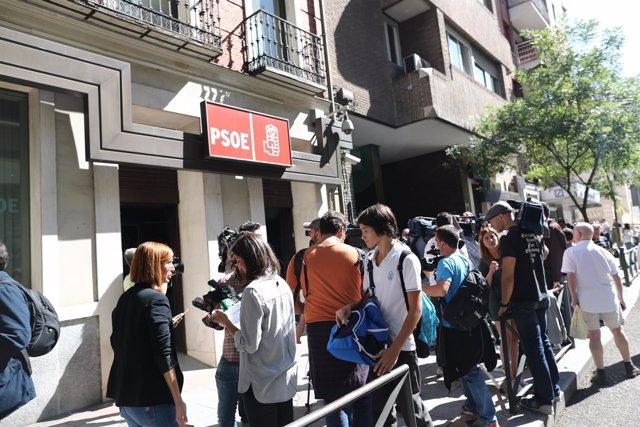 Gente y periodistas a la puertas de la sede del PSOE, en la calle Ferraz