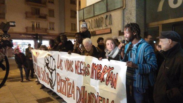 Concentración en Pamplona por el fallecimiento de un senegalés en comisaría