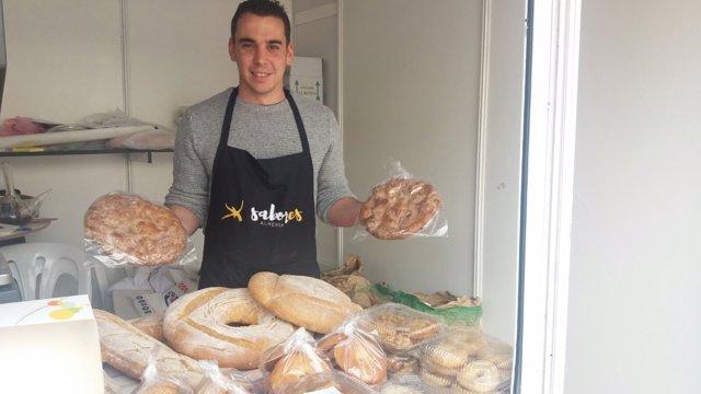 Javier Quiles con las típicas tortas de chicharrones de Taberno.