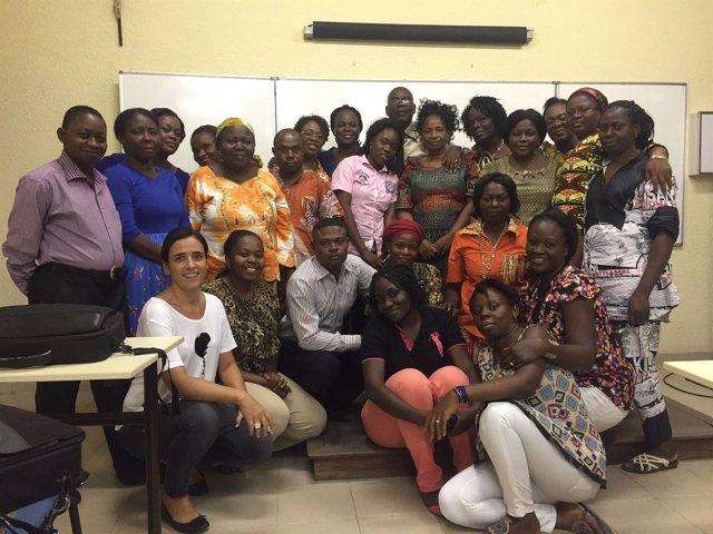 Leticia San Martín con la alumnas del máster de enfermera del Congo