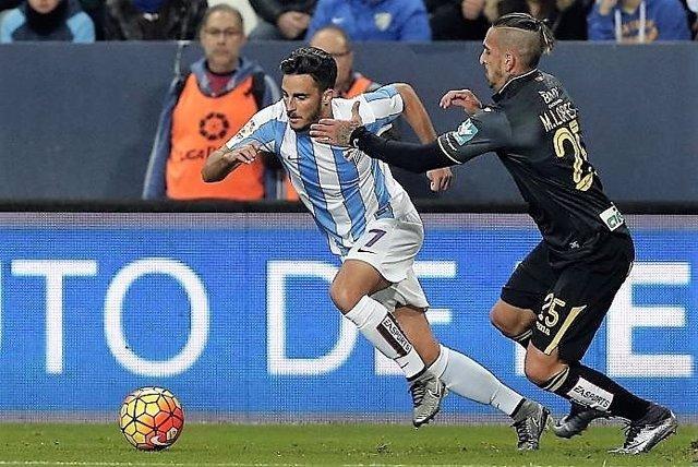 Juan Carlos del Málaga regatea a un rival del Granada