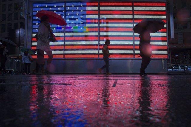 Peatones paseando por Times Square