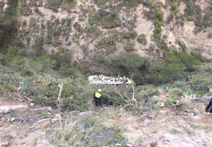 Al menos cinco muertos y 15 heridos tras caer un autobús por un precipicio en Ecuador