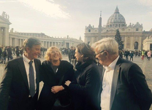 La alcaldesa de Barcelona, Ada Colau, junto a otros alcaldes en la cumbre.