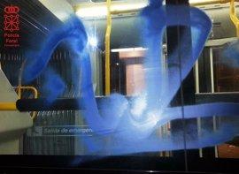 Denunciados dos menores en Huarte por hacer grafitis en un autobús urbano
