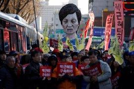 Unos 210.000 surcoreanos piden en el Constitucional la salida de la presidenta Park