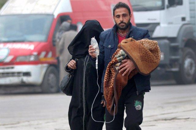 Un hombre huye con su familia al interior del este de Alepo