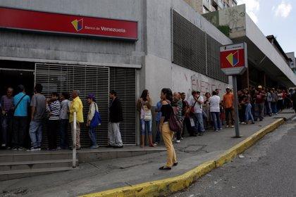 Largas colas en Venezuela para cambiar los billetes de 100 bolívares