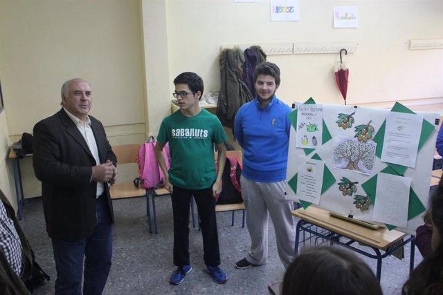 Balbín conoce el proyecto 'Siente el oro líquido' del IES Fuente de la Peña.