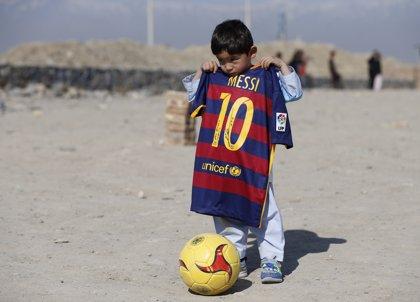 Messi cumple el sueño de Murtaza Ahmady, el chico de la camiseta de plástico del '10'