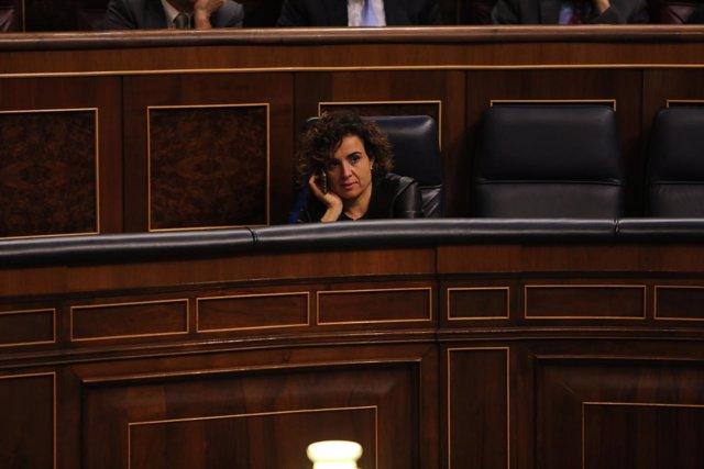 Dolors Montserrat hablando por el móvil en el Congreso