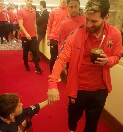 El niño afgano con la camiseta de plástico de Lionel Messi conoce a su héroe