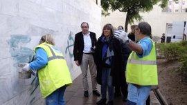 L'Hospitalet limpia gratuitamente las pintadas en fachadas de viviendas