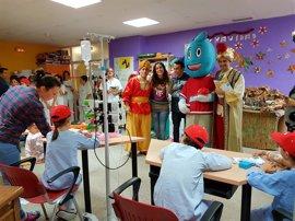 Los niños de Complejo Hospitalario de Huelva reciben la visita de la caravana de la Salud