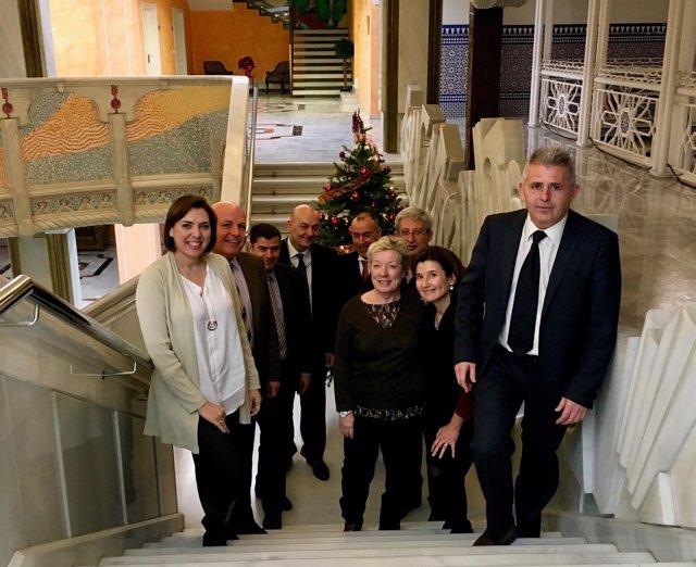 La consejera de Sanidad y su equipo directivo, en las escaleras de la Asamblea