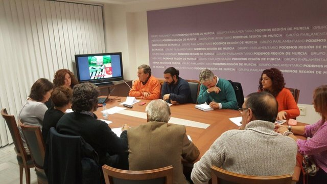 La diputada de Podemos, reunida con colecctivos sociales