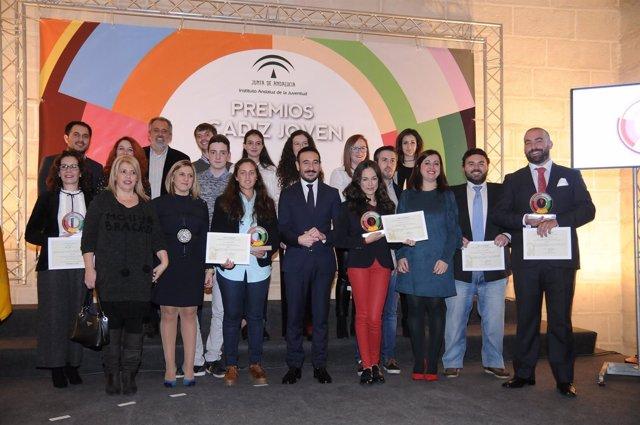 Foto de familia de los premiados en 'Cádiz Joven' 2016